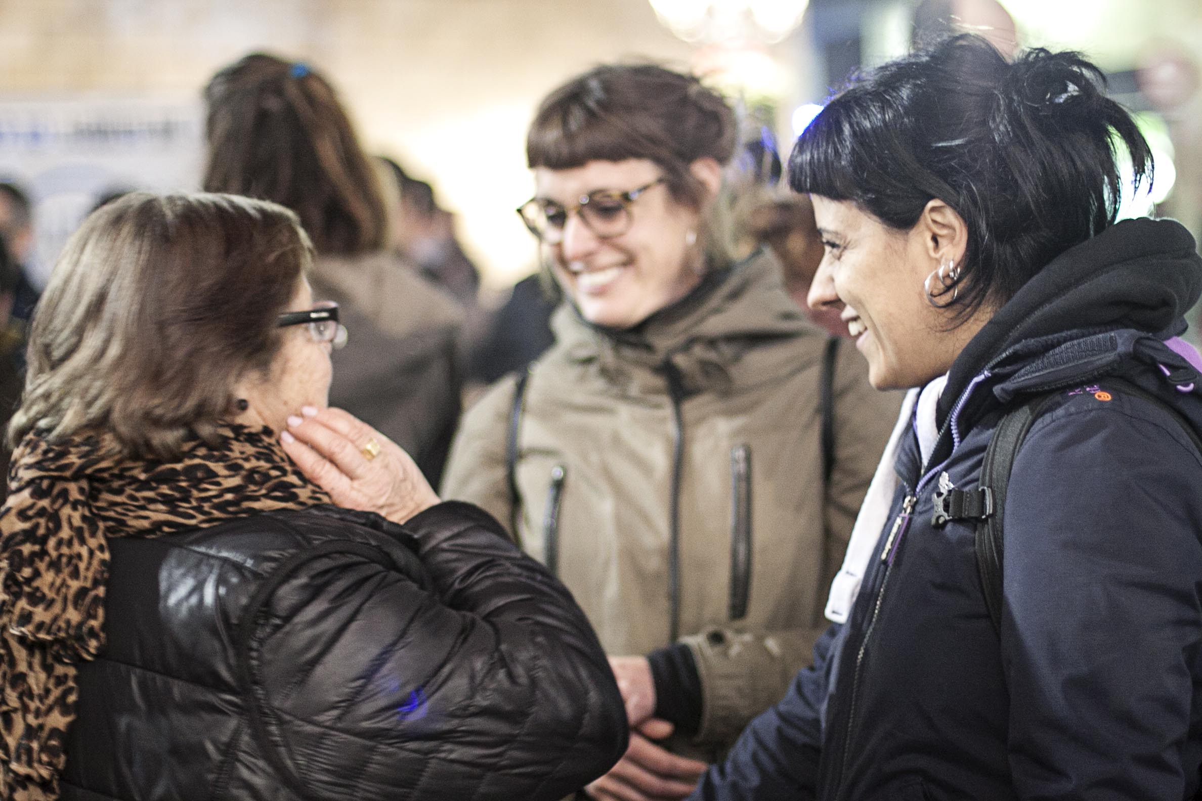 Caren Peso, madre de Pedro Álvarez, conversa con Anna Gabriel (diputada de las CUP) y otros asistentes a la manifestación. Foto: Verónica Taranilla