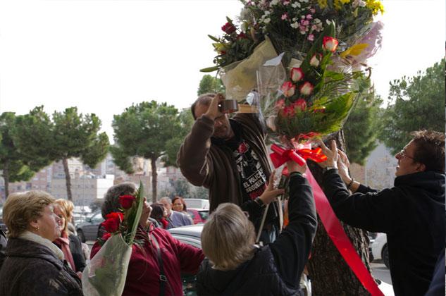 Una treintena de personas acudieron este año a la ofrenda floral en el lugar del asesinato. | Foto: JORDI GIMENO