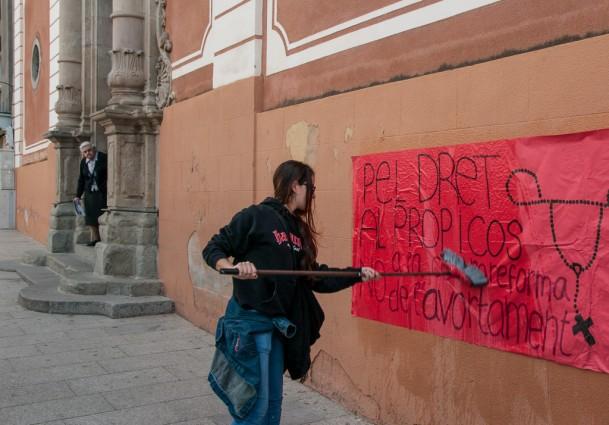 Enganxada de cartells pel dret a decidir sobre el propi cos a l'església de Santa Anna | FOTO: JORDI BENÍTEZ