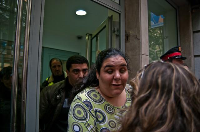 La Dolors Carmona i en  Mounir Attou, invidents, abandonen la seu del BBVA després d'aconseguir aturar definitivament el seu desnonament. Prop d'un miler de persones van recolzar l'escarni de la PAH (14/11/2012)