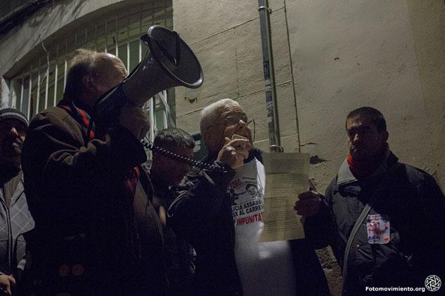 Juanjo Álvarez lee el manifiesto delante del presunto asesinato de Benítez | Foto: BRU AGUILÓ