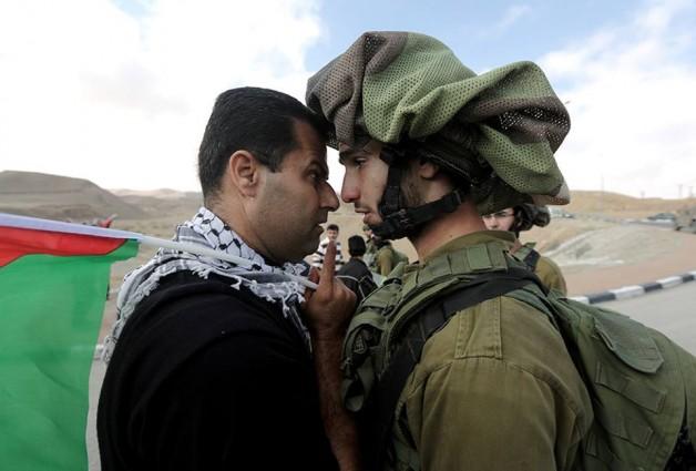 Abdallah Abu Rahme enfrentándose a uno de los militares israelíes durante una manifestación pacífica. | Cortesía NOVACT