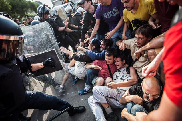Violencia policial en el desalojo de los miembros del 15M, el mes de mayo de 2011, en plaça Catalunya | Foto cedida por © JORDI BORRÀS (Esta imagen no tiene copyleft)