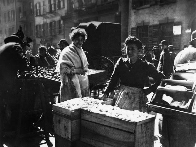 Hester Street. Egg Stand group, 1895 - Foto: ALICE AUSTEN