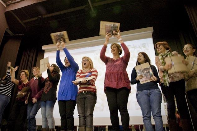 Homenaje a las 'dones diferents' en la presentación del audiovisual. | Foto: AITOR FERNÁNDEZ