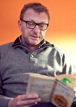 Gustavo Germano lee el poema Se llenó el mundo de Pablo Neruda. | Foto: VERÓNICA TARANILLA