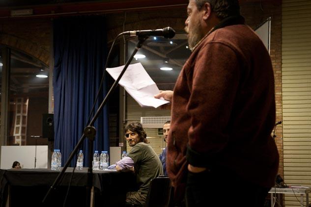 Un poema antes de la intervención de Carles Guillot. | Foto: AITOR FERNÁNDEZ
