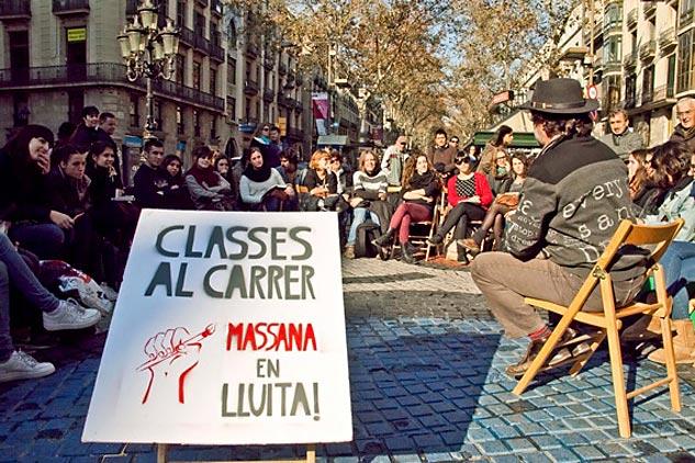 Clase de la Escola Massana en las Ramblas contra los recortes de educación | Foto: VERÓNICA TARANILLA