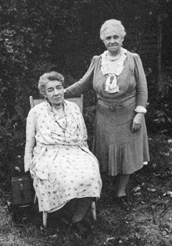 Tate y Austen, fueron compañeras de por vida, pero la familia de la primera, que siempre se opuso a la relación, impidió que fueran enterradas juntas.