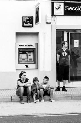 Una familia de l'Aldea delante de la entidad durante la movilización