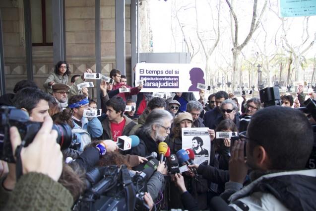 Lectura de un comunicado de Enric Duran a la salida del juicio al quen o se presentó. | Foto: ANÓNIMO (ENRICDURAN.CAT)