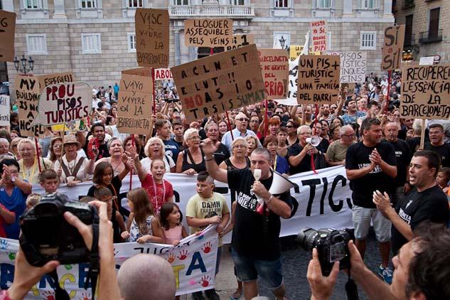La manifestación de los vecinos de La Barceloneta acabó delante del ayuntamiento | Foto: AITOR FERNÁNDEZ