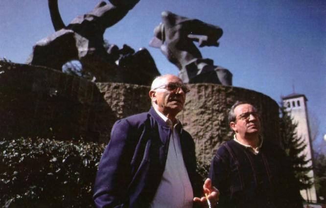Benjamín Rubio y su hijo Javier frente al 'Monumento al minero' que Brosio Ortega realizó para Villablino.