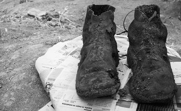 Las botas del guerrillero de 19 años exhumado, Perfecto de Dios | Foto: CARLOS SUÁREZ