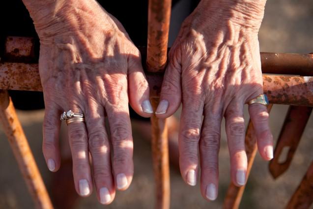 Roto el silencio, Conchita podría al fin tocar los restos de su padre. Lleva la ley consigo, pero una pesada puerta la separa de él | Foto: Aitor Fernández
