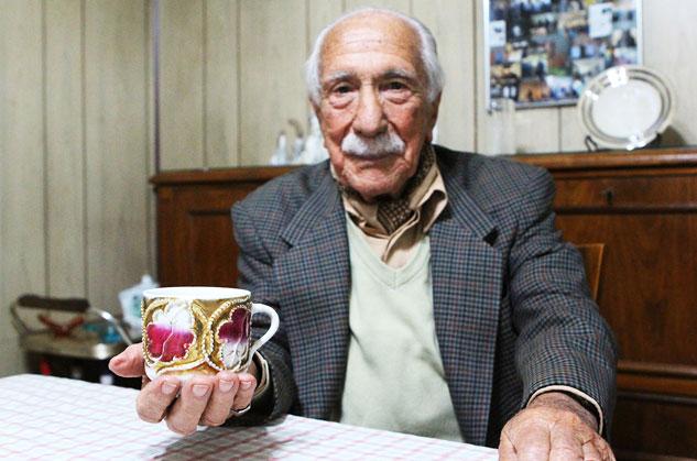 Una taza es todo lo que Darío Rivas conserva de su padre, el alcalde de Castro de Rei asesinado en 1936. | Foto: CARLOS SUÁREZ