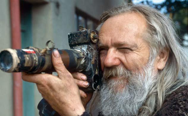 Miroslav Tichý con una de sus cámaras hechas a mano.| Foto:  autor desconocido