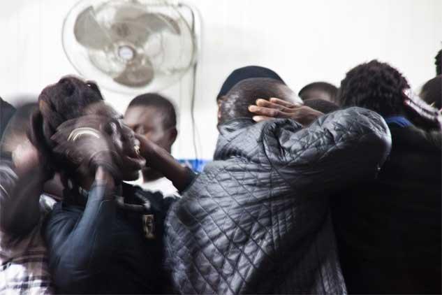 Dieuf Dieul: cosechas lo que siembras. Cada domingo, cultiva su dignidad sirviendo el té a la comunidad sufí de la dahira del Besòs. Inmerso en el coro comunitario, Papa Ndiaye se libera de malas conciencias y se acerca a un estado de felicidad y paz interior. | Foto: MÒNICA LÓPEZ MAS