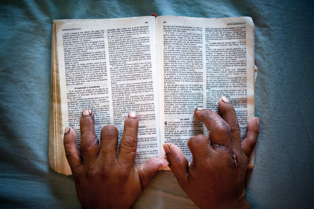 Un migrante mutilado durante un asalto con  machete lee la Biblia en el albergue El Buen Pastor. Tapachula, Chiapas. | Foto: EDUARDO SOTERAS (En el camino, RUIDO)