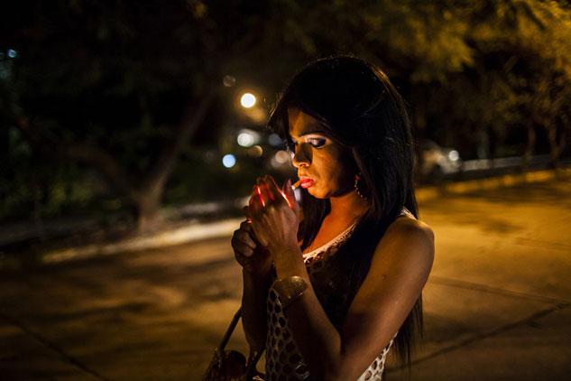 Una trabajadora del sexo transexual en Tegucigalpa. El colectivo LGTB es, especialmente, víctima del odio en Honduras, la nación del mundo con mayor índice de homicidios. |Foto: EDU PONCES (RUIDO)