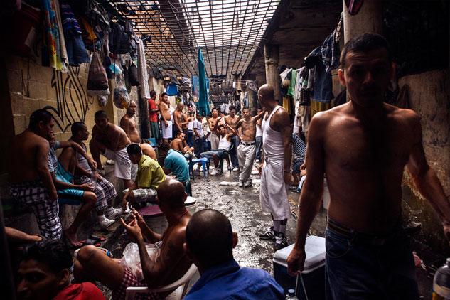 Como consecuencia del hacinamiento extremo, el suelo de la prisión salvadoreña de Cojutepeque está lleno de un fluido de basura de hedor sofocante. La falta de higiene promueve enfermedades como el hongo y la sarna. | Foto: PAU COLL (Sala Negra, RUIDO)