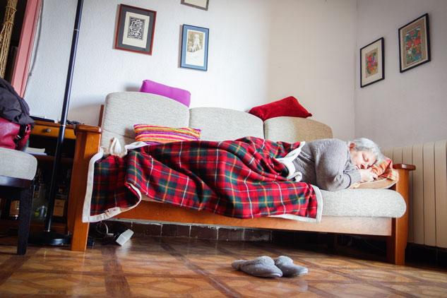 Durante los tratamientos, los camas simbolizan la enfermedad para Victoria. Por eso, prefiere descansar en el sofá. | Foto: UMBERTO CACCHIONE
