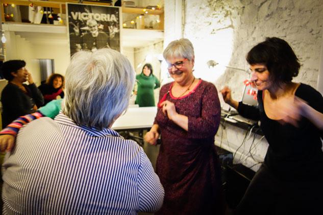 Para celebrar el fin de esta nueva remisión, Victoria ha querido reunir amigos que la han seguido durante este periodo. | Foto: UMBERTO CACCHIONE