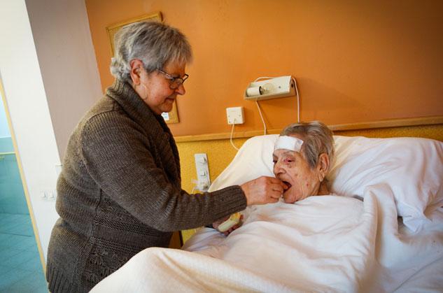 Cada dia Victoria se acerca a la residencia de su madre, de 98 años, para darle la comida. | Foto: UMBERTO CACCHIONE